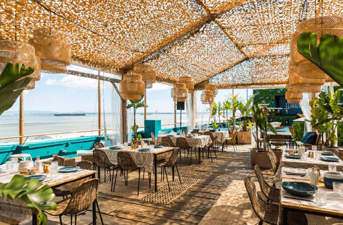 A grande novidade da rentrée é o restaurante FERROVIÁRIO, um espaço com 50 lugares sentados num terraço com vista sobre o Tejo, uma carta assinada pelochefVítor Hugo, ochefexecutivo do grupo que detém o FERROVIÁRIO e também os restaurantes Peixola e São Jorge, e uma nova decoração.