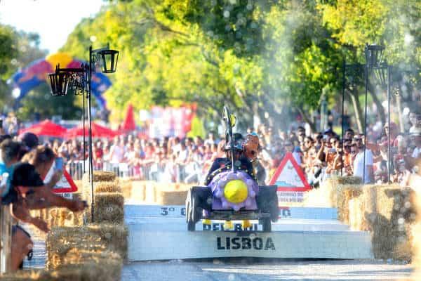 """Mais de 40 mil pessoas assistiram ontem no Parque Eduardo VII à terceira edição portuguesa do Grande Prémio Red Bull Lisboa - A Corrida Mais Louca do Mundo. Sessenta e duas equipas de todo o país mostraram toda a sua criatividade e paixão pela velocidade aos comandos dos mais arrojados bólides. No fim os louros foram para a equipa """"The Mean Machine"""""""