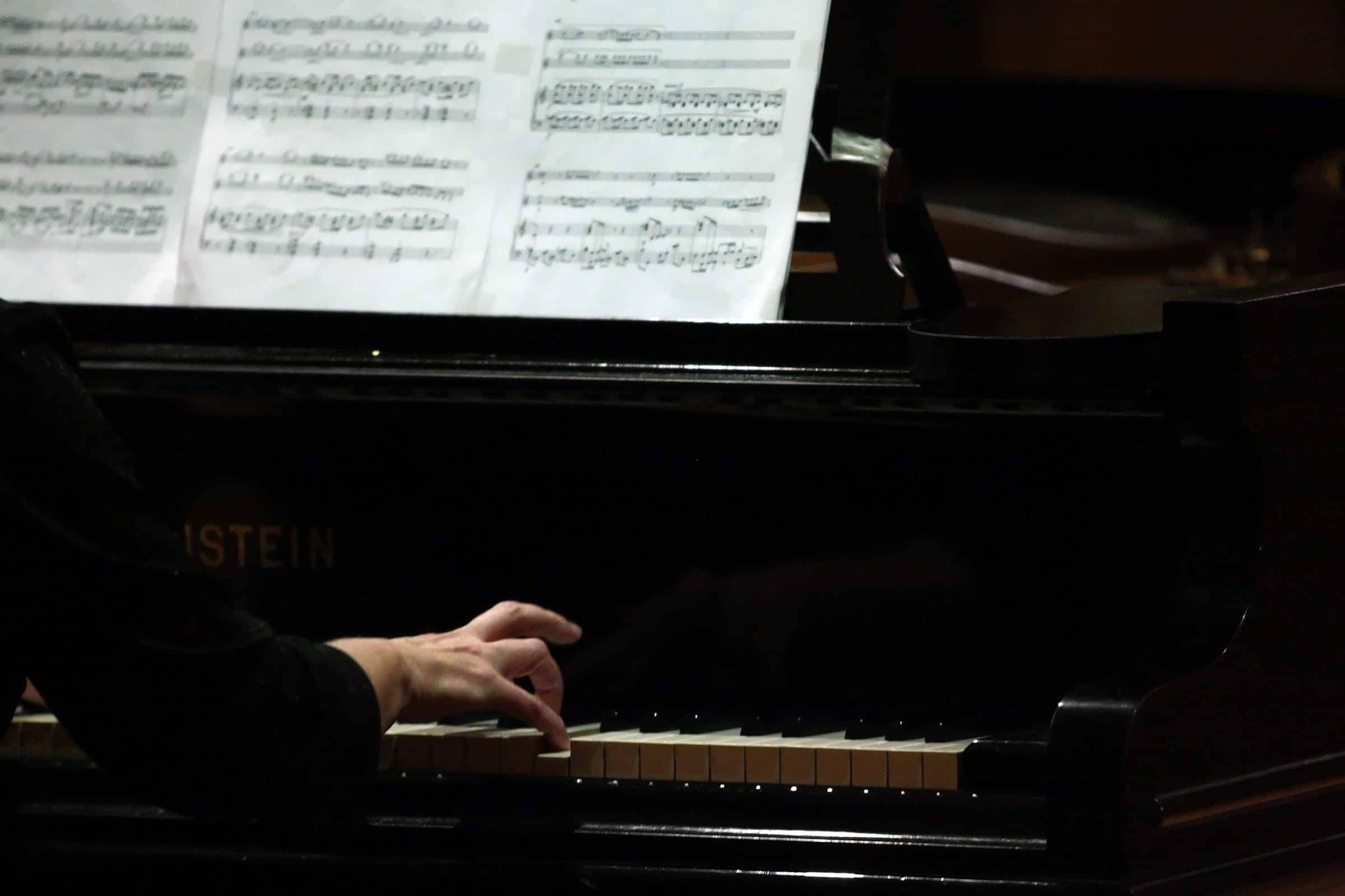 Com um repertório para piano dedicado a Mozart e Johann Christian Bach