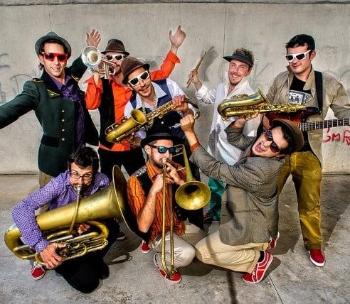 Os Kumpania Algazarra continuam em tour e em 2017 a banda têm já agendados concertos em 5 países. Reconhecidos pela animação dos seus espectáculos
