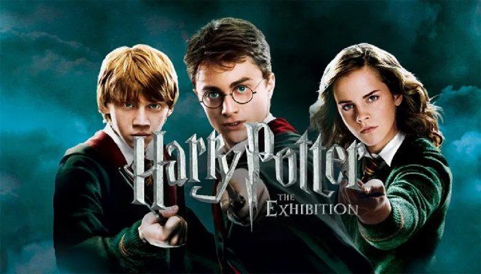 Harry Potter: The Exhibition, vai estar em exposição no Pavilhão de Portugal, no Parque das Nações em Lisboa, de 16 de novembro a 08 de abril. A partir de novembro os fãs podem assim conhecer a magia por trás de milhares de trajes autênticos e adereços dos filmes