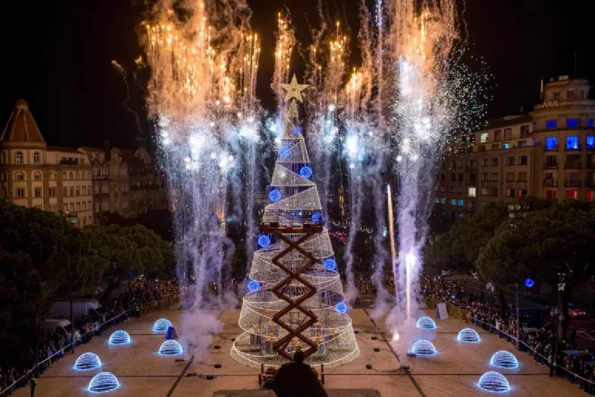 O Porto inaugura as iluminações de Natal, com festa nos Aliados, que vão dar mais vida e cor à época mais bonita do ano. Esta é já uma tradição da cidade, com várias propostas de animação ao longo da tarde, como as atuações de Agir, Ana Bacalhau, Irma, Matay e da banda The Lucky Duckies.