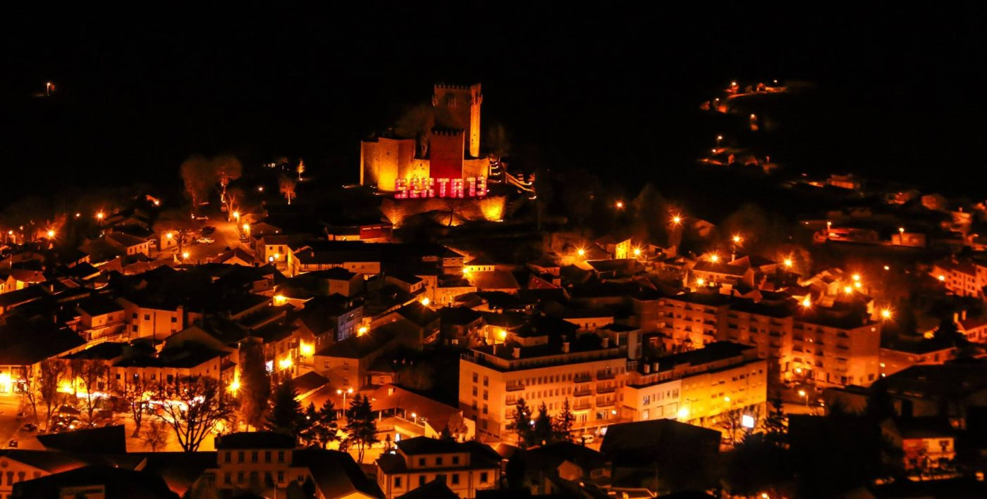 """A Noite das Bruxas em Montalegre espera por si! Prestes a entrar na última """"Sexta 13"""" do ano, são milhares de pessoas as que rumam a Montalegre, preparadas para um evento em volta do misticismo."""