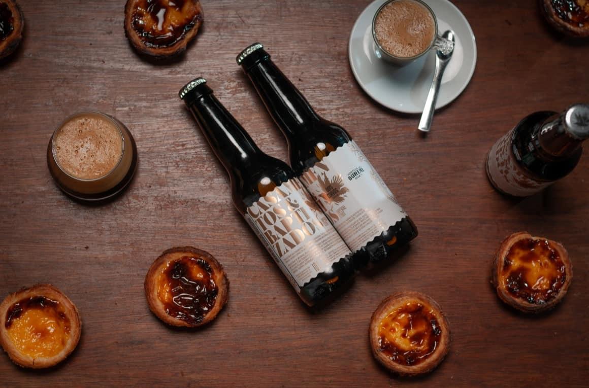 """Cervejeira Dois Corvos lança cerveja inspirada no Pastel de Nata, e por isso, é já esta sexta-feira (7 de Fevereiro) que abre o Tap Room num registo diferente do habitual. Este espaço, em Marvila, alberga habitualmente 17 torneiras de cervejas diferentes, mas esta sexta irá também contar com uma oferta de pastelaria para acompanhar o seu mais recente lançamento: a cerveja """"Casamentos & Baptizados""""."""