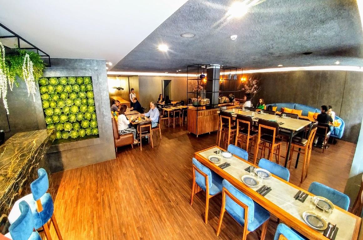 O Clube Lisboeta é Lisboa e é mundo. Situado no Príncipe Real, é tanto urbano e intimista como autêntico e tradicional. Na carta, o melhor dos vários continentes através de pratos que relembram outras paragens ou abrem o apetite para as conhecer.